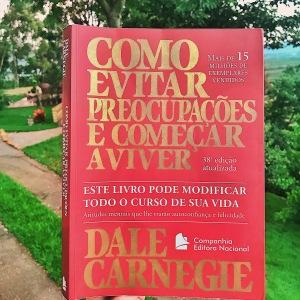 Imagem da capa do livro Como Evitar Preocupações e começar a viver do autor Dale Carnegie